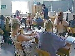 Rondborstige brunette schoolmeisje in sommige hete klas groepsseks