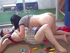 Sıcak soluk amatör lezbiyenler birbirlerine rimjobs vermek