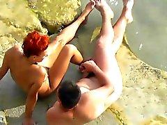 Tirkistelijä. Guy Wanking sekä helvettiä redhead tytön julkinen uimaranta