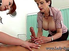 MILFs Señora Sonia y rojo sacudiendola gran polla