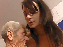 Leda beoefent seksuele oefeningen met een Oldje