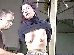 femme brunette asservis traite