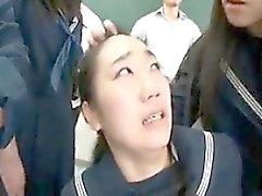 Nouveau camarade de classe en classe est attaché et baisé avec tandis que les hommes