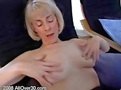 Blond gmilf dienstmeisje Hazel vingeren