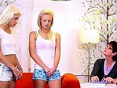 Пожилая учитель легко превращен двум блондинки подростками во лесбиянкам