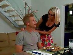 Blonde babe dans des verres Emma Starr donne titjob
