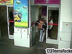 Adolescente triguenha beija uma mochileiros