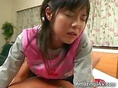 Pretty asiatiska schoolgirl får en varm