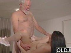 Teen interrompt grand-père de Yoga et suce sa queue mouillée et dure