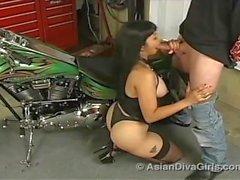 Asian divaen flickor - asiat Äventyr Pt 1 : cyklist Babe avsugning - Mika Beige