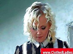 Blondi sukkahousut pääsee pussylicked