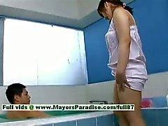 Nao Ayukawa onschuldige ondeugende Chinees meisje geeft hoofd in de badkamer
