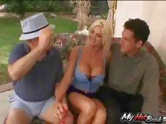 Iki kişi izlerken Sarışın MILF , Lori Pleasure bir dostum tarafından becerdin alır
