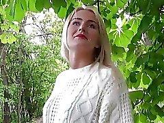 Blonde Schlampe Aisha blinkt ihr Paar große Titten
