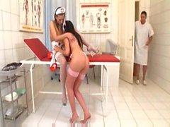 De Roxy et de réveillon deux jeunes infirmières et infirmiers Excitée enculer