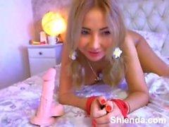 Jeune blonde plantureuse pigtailed avec les mains attachées suce sur webcam