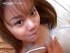 Sensual adolescente asiática fica buraco foda espalhados em close- up