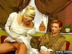 Oyuncak ile onun lezbiyen arkadaşları tarafından bukkaked Bride