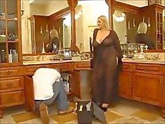 Charmante huisvrouw met enorme tieten zuigt en perfect geneukt .