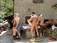 Tio Raunchy Boys i en vild utomhus BJ And Anal Sex Party