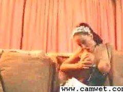Grande boobed servante Nikki Nova se moque de dans la culotte uniforme et de bas de
