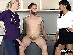 Nymphos stecken Männer anal mit Monsterband Schwänzen und spritzen cum