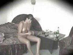 la mamma naked in un camera d'albergo
