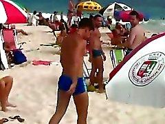 Две симпатичные гей парней встречались друг с другом на берегу и хотят иметь пушку