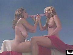 Le lesbiche calde godono di un dildo a doppia fine
