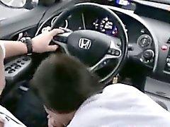 Mamada adolescente y deglutir en el coche de