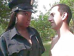 Chica agente de la policía del ébano follando polla blanca