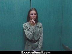 ExxxtraSmall - Lisävalot Pieniä Escort venytetään Iso muna