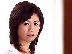 Japansk mamma blir förförd av en en ung kille