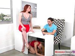 Redhead Stiefmutter saugen Schwanz mit Teen Babe
