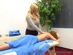 Daphne Rosen donne son client un massage