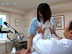 Japanilaiset jolla on köhää hoitajan viettelee lääkärin työssään