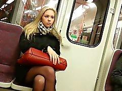 Blonde Girl nel treno con del pantyhose neri
