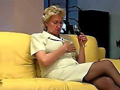 Blonde Granny huolehtii Hänen Hairy Pussy by TROC