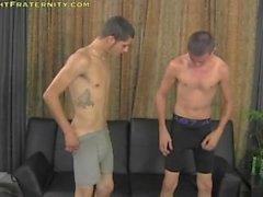 Deux jeunes gars dans une session Masturbation Sur Cam (Sex For argent)