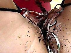 Undergiven slav hänger upphängd outdoors samt uthärdar kedjan