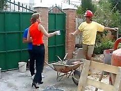 Zwei Bauarbeiter ficke ein Englisch Hausfrau