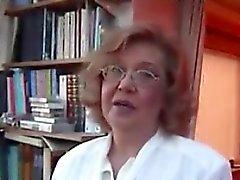 Potelée Grandma masturbe avec son jouet