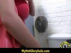 De Hottie chupa el Vergas Negro En el Club Gloryhole veintiocho