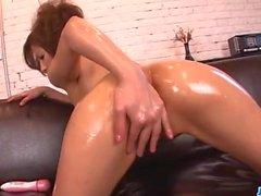 Теплая киску воспроизведение на диване вместе с Tsubasa Айхара