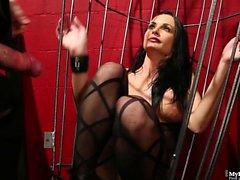 Alektra Blue est baisée en cage