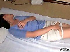 córnea asiática la mujer madura acaricia chocho peludo