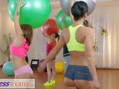 Fitnessrum Gym milf och studenter har våt lesbisk interracial trio