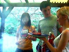 L'orgie extérieur avec des étudiants chaud