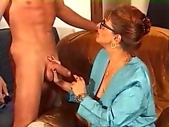 Milf in Glasses e autoreggenti Fucks