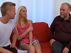 Söt tonåring bruden anser gammala otäcka kuken i sitt ansikte hole